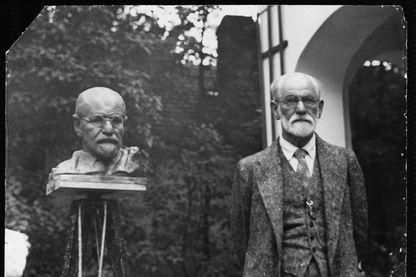 Sigmund Freud, neurologue autrichien, et fondateur de la psychanalyse se tient à côté d'une sculpture de lui-même en 1930.