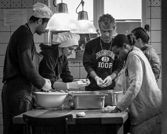 Préparation des repas au théâtre du soleil à la cartoucherie de Vincennes