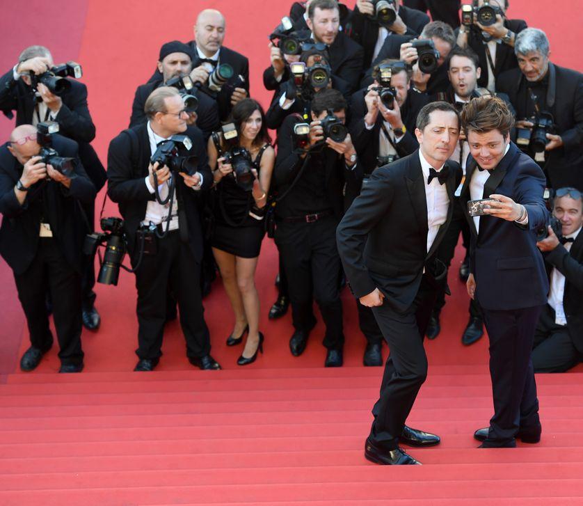 Les humouristes français Gad Elmaleh et Kev Adams prennent un selfie au festival de Cannes en mai 2016
