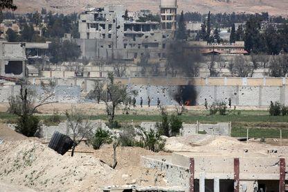 Le 8 avril : Les soldats de l'armée syrienne avancent dans des terres agricoles dans la banlieue est de la Douma, alors qu'ils continuent leur offensive féroce pour reprendre le dernier parti de l'opposition dans la Ghouta orientale