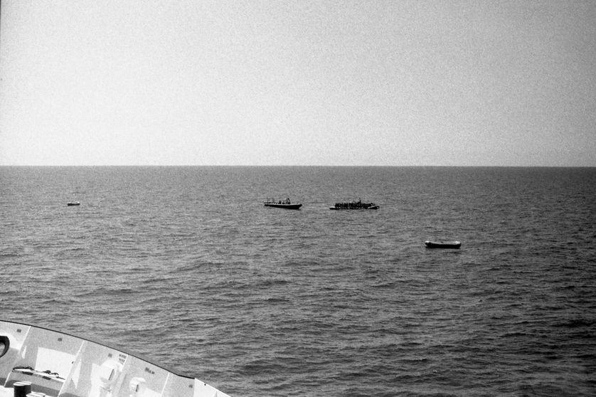 Scène de sauvetage vue de l'Aquarius, au large de la Libye