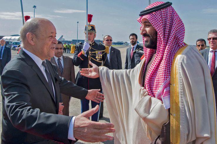 Le Prince héritier d'Arabie saoudite Mohammed ben Salmane accueilli par le ministre de la Défense Jean-Yves Le Drian, le 8 avril 2018.