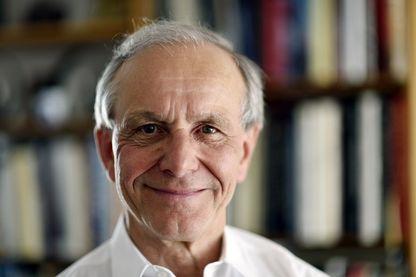 L'écrivain et scientifique Axel Kahn est photographié chez lui le 14 avril 2015 à Paris.