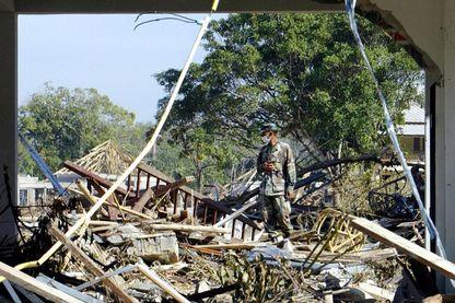 Un sauveteur au milieu des débris de stations balnéaires et bungalows sur la plage de Khao Lak en Thaïlande, le 30 décembre 2004, après qu'un tsunami ai frappé les côtes du pays le 26 décembre.