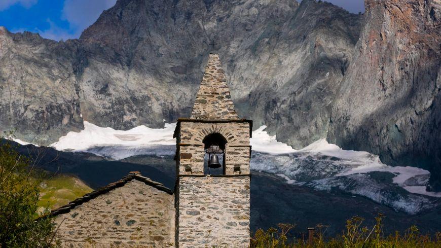 La vallée d'Averole dans le Parc Naturel de la Vanoise - La chapelle Saint Pierre dans le hameau d'Averole, en arrière plan la montagne La Bessannaise et son glacier
