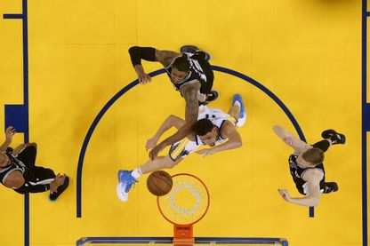 Klay Thompson, le n° 11 des Golden State Warriors, tente un panier lors du cinquième match de la première ronde des éliminatoires de la NBA 2018 le 24 avril 2018