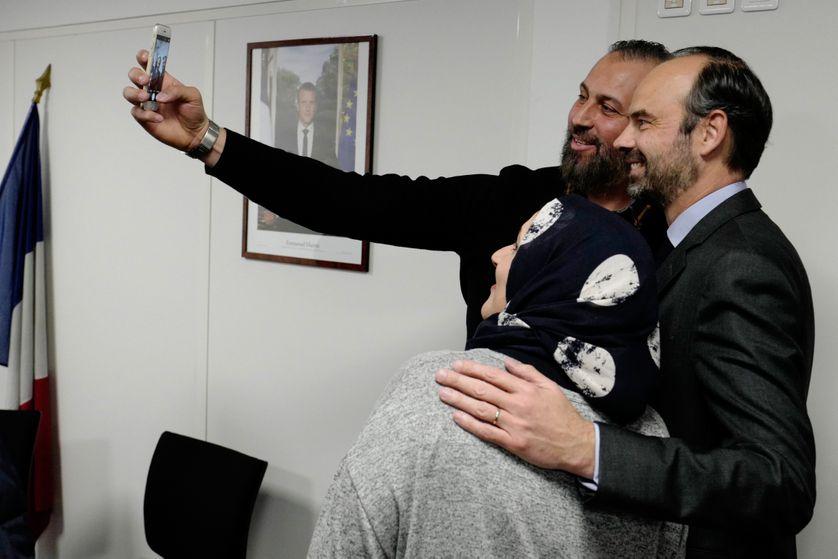 """Le Premier ministre, Edouard Philippe, pose pour un """"selfie"""" avec des réfugiés qui ont signé le Contrat d'intégration républicaine, lors d'une visite à l'OFII, 19 février 2018."""