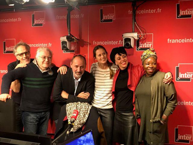 Vous Les Femmes, de gauche à droite : Hervé Pauchon, Albert Algoud, Daniel Morin, Eloïse Lang, Roxane Butterfly, Yvette Baco