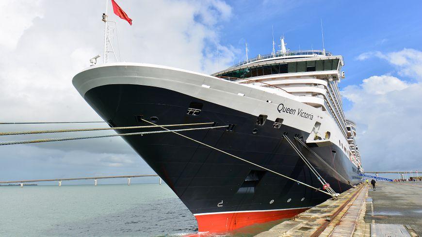 Le Queen Victoria, paquebot de 294 mètres de long, a lancé le coup d'envoi de la saison des croisières à La Rochelle