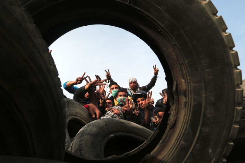 Des manifestants palestiniens ont collecté des pneus dans la bande de Gaza pour les brûler devant la frontière israélienne, jeudi 5 avril