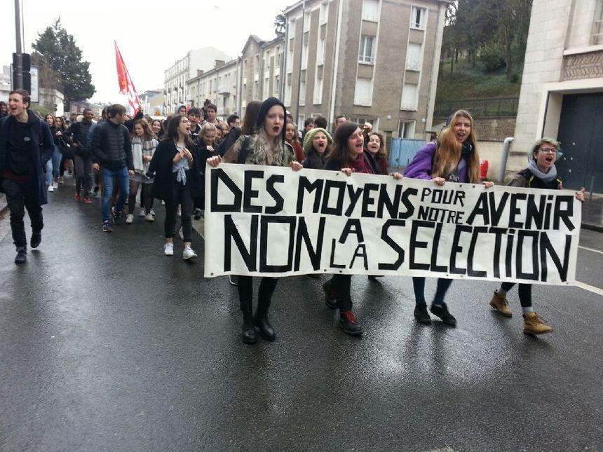 Les lycéens de Poitiers dans la rue