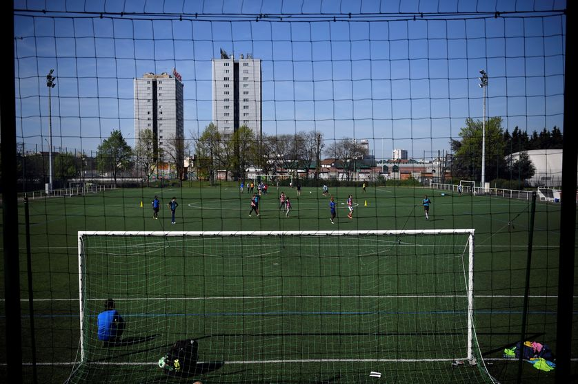 Un stade de football et deux immeubles de logement sociaux à Saint-Ouen, en banlieue nord de Paris.