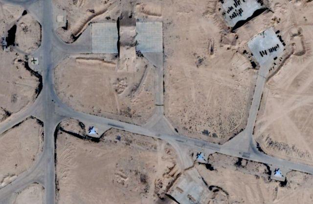 A l'extérieur des bunkers de la base T-4, de vieux MiG-25 réformés. Et dans les casernes, les experts russes pour conseiller les pilotes syriens.