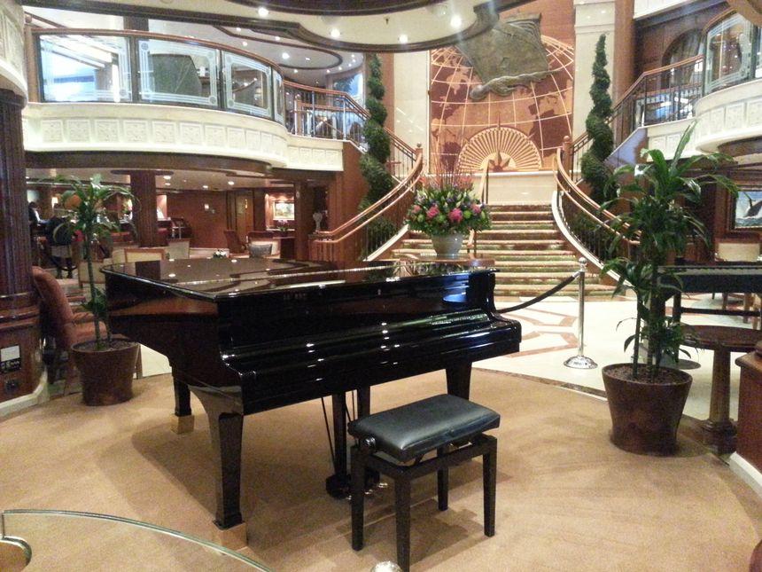 Le hall d'entrée du Queen Victoria, et son piano