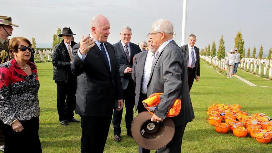 En septembre 2017, le maire de Villers-Bretonneux (à droite) accueillait déjà le gouverneur général d'Australie pour une visite du chantier du centre John Monash.