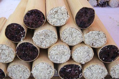 Riz gluant cuit dans du bambou