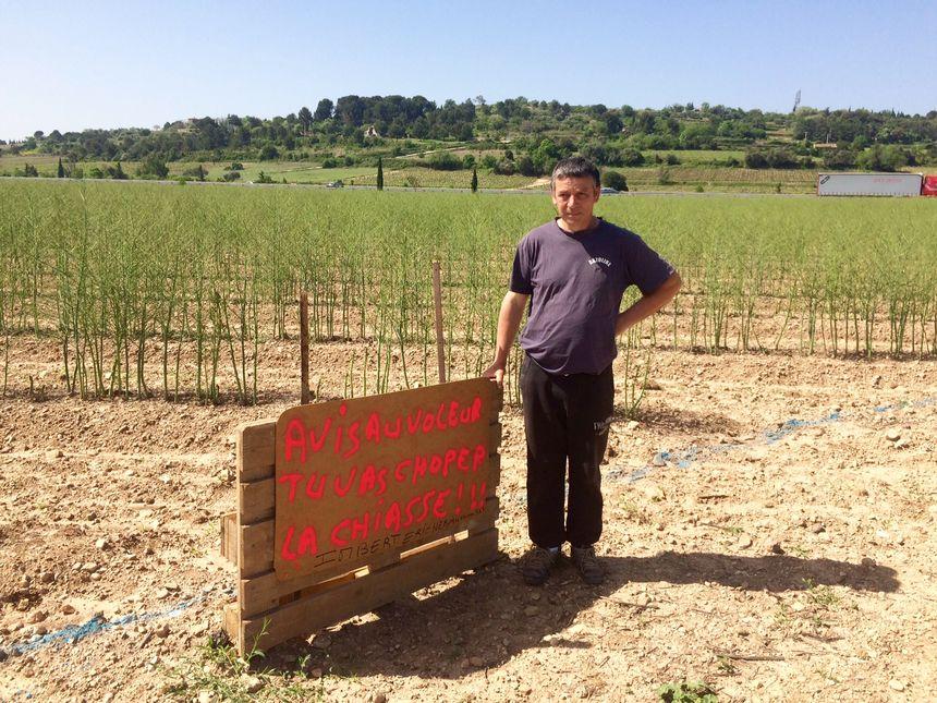 Eric Imbert et pancarte plantée en bordure de la route de Brignac, à Clermont-l'Hérault.