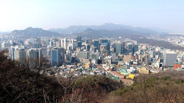 Séoul vue depuis les hauteurs d'une des collines qui dominent la ville : celle où se trouve la Namsan Seoul Tower qui fait office d'antenne radio