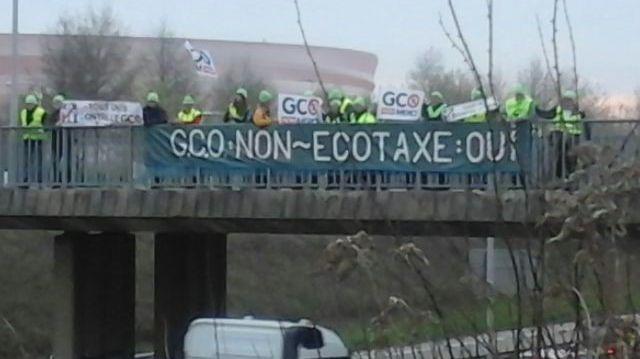 Les opposants au GCO ont installé des banderoles sur les ponts au-dessus de l'autoroute à Strasbourg.