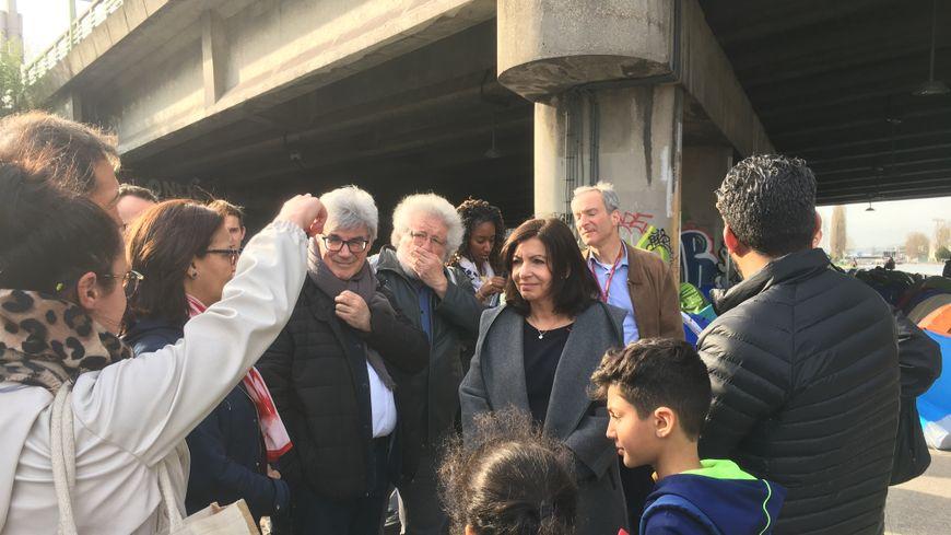 Anne Hidalgo a rencontré des riverains et des occupants du campement.
