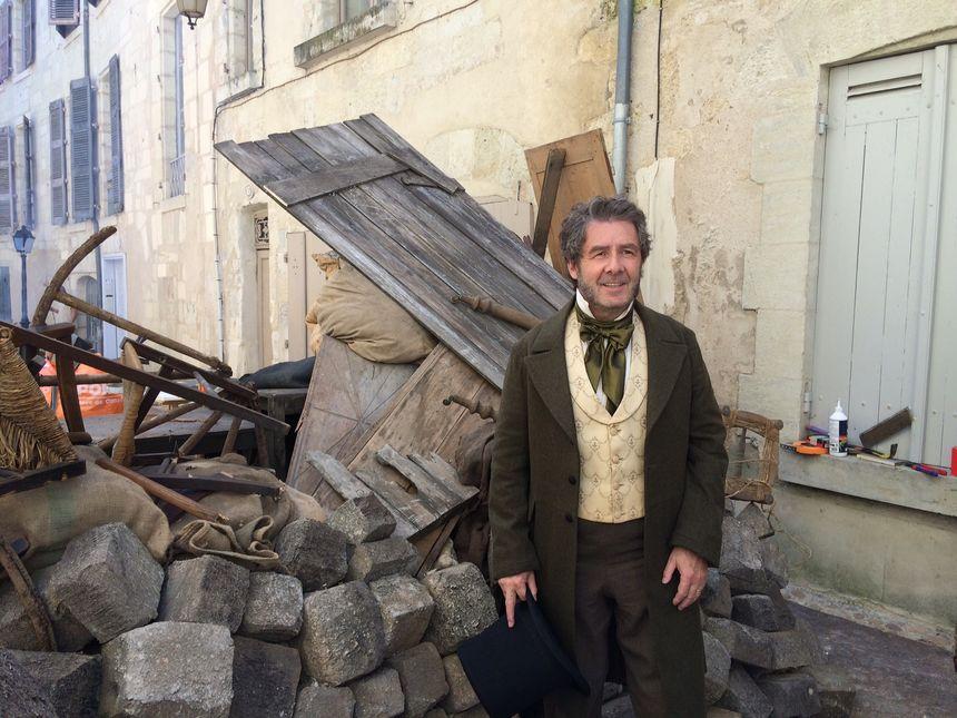 Antoine Audi, le maire de Périgueux prend la pose devant les barricades