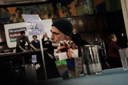 Une personne attendant d'être servie dans un centre d'accueil BSM à Philadelphie, l'une des villes les plus pauvres des Etats-Unis