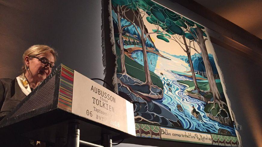 La présidente du département de la Creuse Valérie Simonet présente la tapisserie, inspirée d'un dessin de J.R.R. Tolkien.