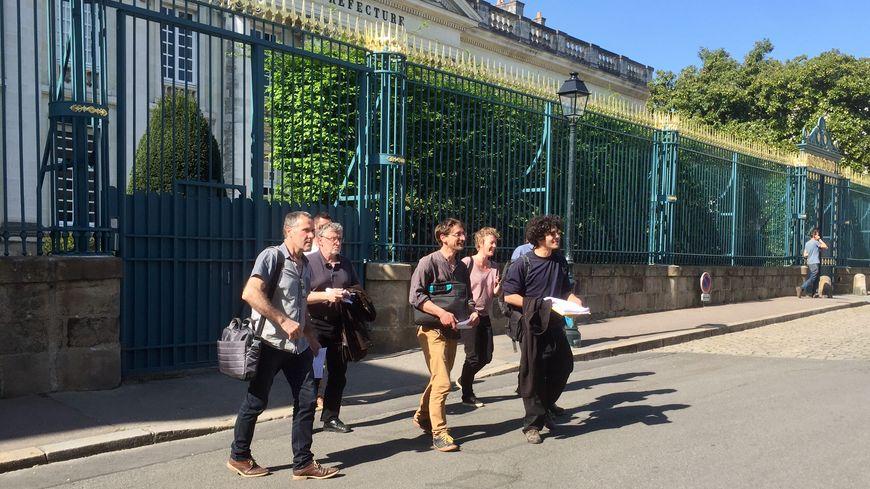 La délégation de zadistes à la sortie de la réunion avec la préfète