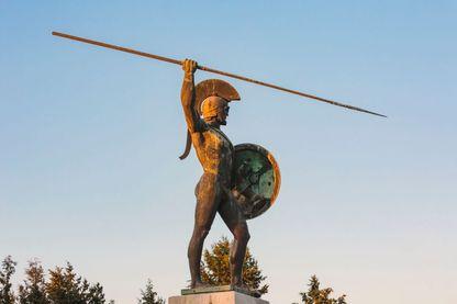 Statue de Leonidas sur le monument célébrant la bataille des Thermopyles qui a eu lieu pendant la guerre gréco-perse de 480 av