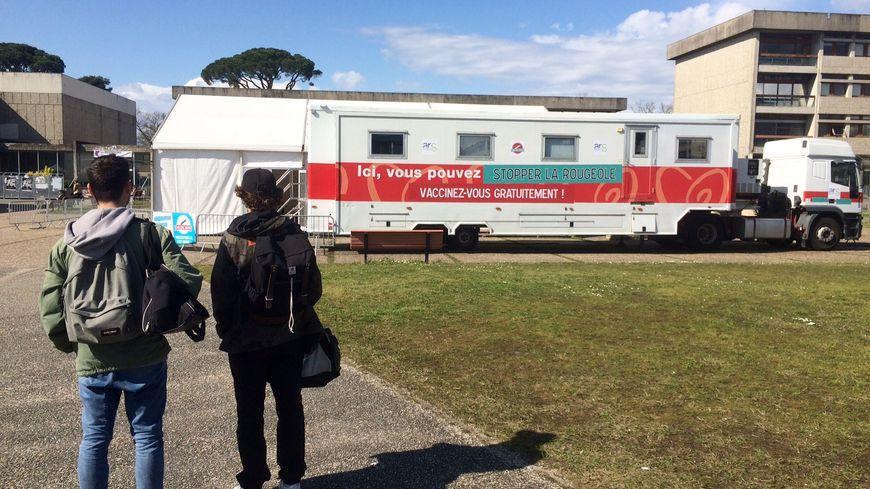Le Vaccine Truck ou camion de vaccination installé sur le campus de l'université de Bordeaux à Pessac.