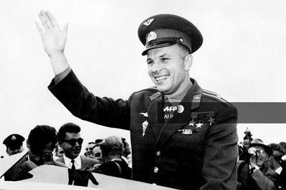 Le premier cosmonaute de l'histoire, le major soviétique Youri Gagarin, salue la foule à son arrivée à Londres, le 11 juillet 1961, lors d'une visite officielle.