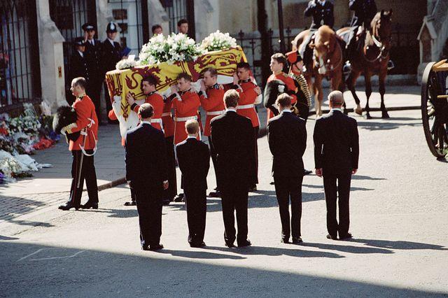 Les funérailles de Diana, princesse de Galles, à l'abbaye de Westminster à Londres, le 6 septembre 1997. De gauche à droite, le prince Charles, le prince Harry, le comte Spencer, le prince William et le duc d'Édimbourg lors de l'arrivée du cercueil.