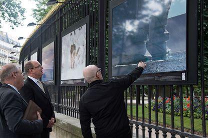 Le Prince Albert de Monaco visite l'exposition avec l'artiste Michel Rawick au Jardin du Luxembourg (ici le 11 juillet 2016 à Paris)