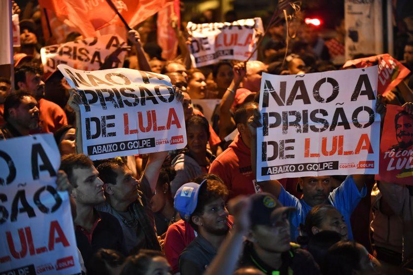 Des supporters de l'ancien président Lula manifestent contre son emprisonnement, le 6 avril 2018