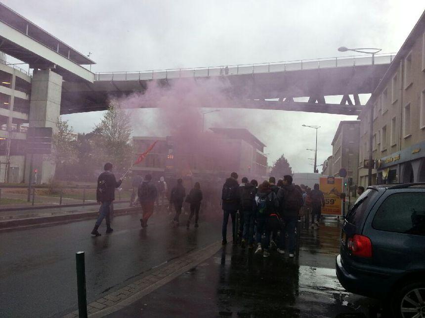 Les lycéens ont défilé avec des fumigènes à la main ce matin à Poitiers