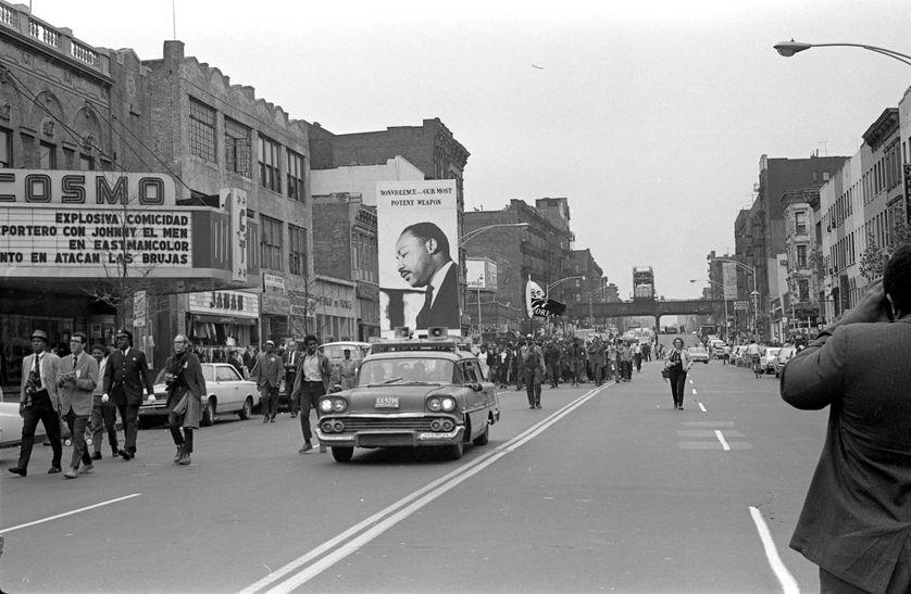 """A East Harlem, 1968, voiture de la """"Poor People's Camapign"""" portant un portrait de Martin Luther King"""