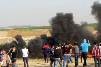 Des centaines de pneus, destinés à être enflammés, ont été collectés par des Palestiniens qui veulent aveugler les tireurs d'élite israéliens postés de l'autre côté de la frontière