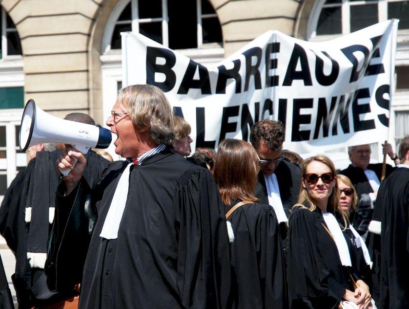 Des avocats manifestent devant le Palais de Justice de Paris pour réclamer plus de moyens