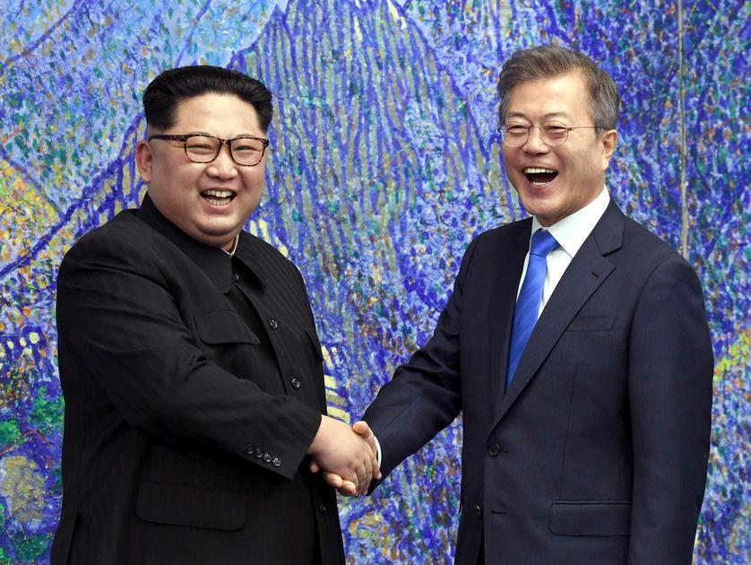 Kim Jong-un et Moon Jae-in ont échangé une longue poignée de main chaleureuse au village de la trêve de Panmunjom