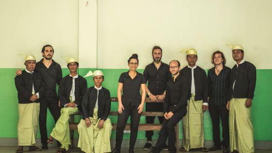 Anne Paceo entourée des musiciens birmans et français