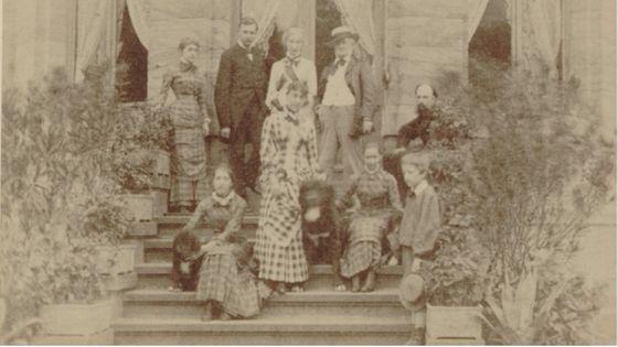 La famille Wagner à Wahnfried, 1882. De gauche à droite, en haut : Blandine von Bülow, le précepteur von Stein, Cosima et Richard Wagner, le peintre Joukowsky. En bas : Isolde et Daniela von Bülow, Eva et Siegfried Wagner