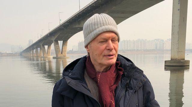 Jean Marie Gustave Le Clézio devant le fleuve Han qui traverse Séoul