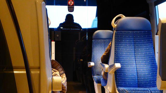 Les trains, neufs, circulent souvent à petite vitesse, sur des réseaux mal entretenus