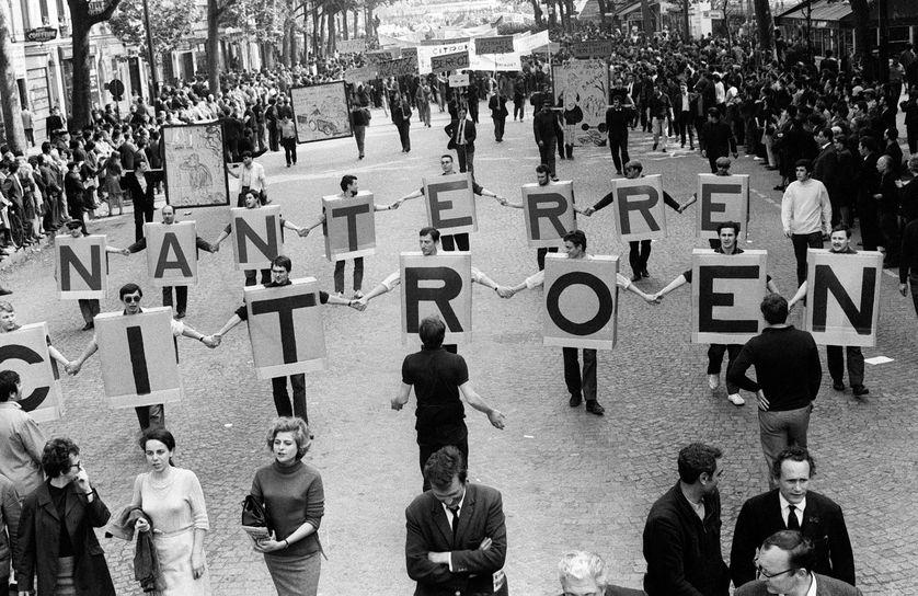 Des salariés des usines automobiles Citroën de Nanterre manifestent à Paris le 29 mai 1968, pendant la grève générale de mai-juin 1968, lors du défilé organisé entre la Bastille et