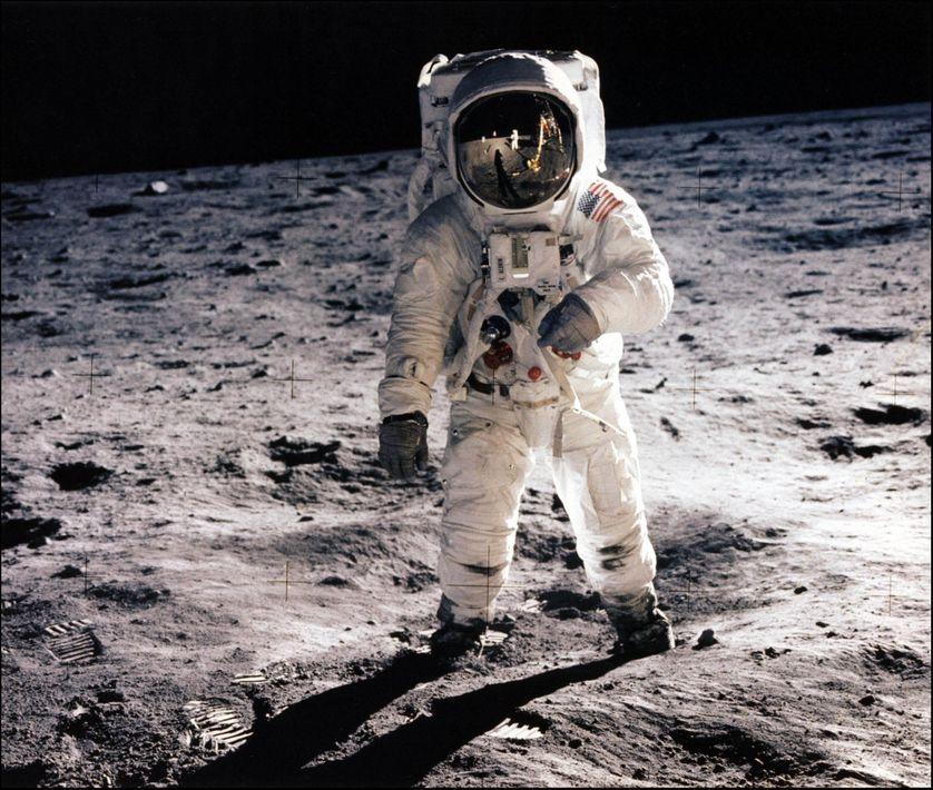 Photographie prise le 20 juillet 1969 de l'astronaute Edwin E. Aldrin Jr. marchant sur la surface de la lune.