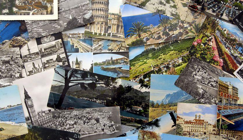 """Être touriste, c'est aussi parfois avoir la satisfaction du """"j'y étais"""". A l'image, expériences du voyage incarnées par une collection de cartes postales."""