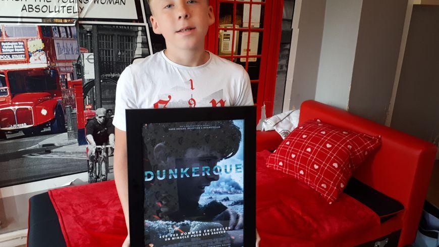 """Souwan-Chun Defontaine a été félicité par le maire de Dunkerque qui lui a remis une affiche du film """"Dunkerque"""", en plus de la médaille de la ville."""