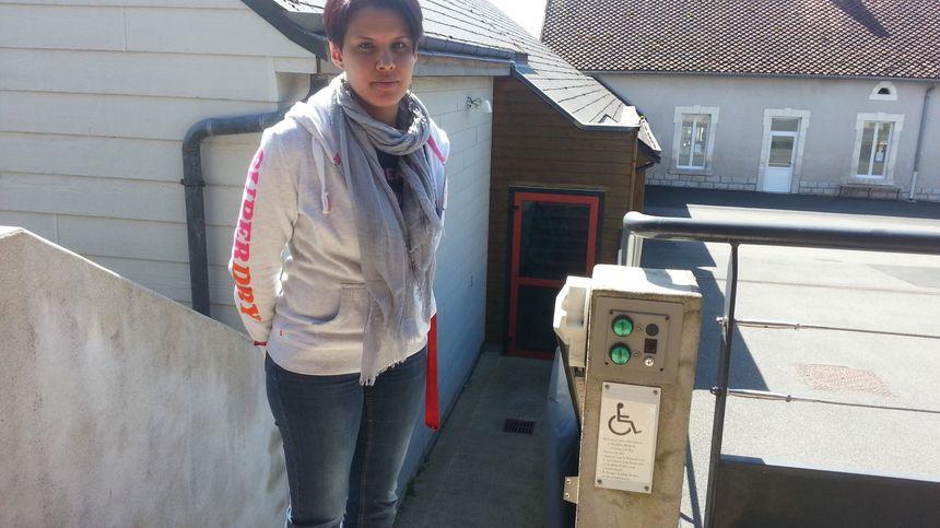 Smahane Id Laasri, directrice de l'école de St-Caprais, devant l'ascenseur installé dans son établissement scolaire.