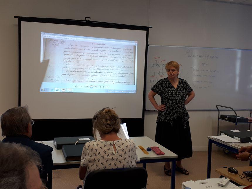 La médiatrice donne des conseils pour trouver la bonne position, pour reposer ses yeux ou ses mains dans l'écriture.