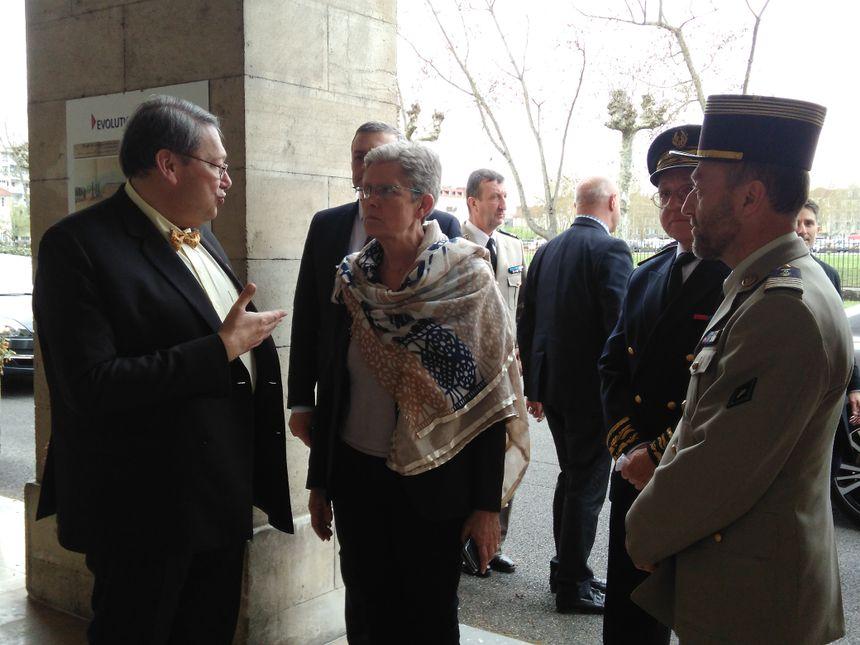 Geneviève Darieussecq à l'entrée de la caserne Bernadotte.